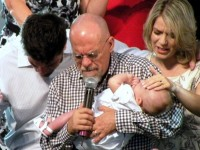 Mariana Valadão consagra seu filho Tito a Jesus