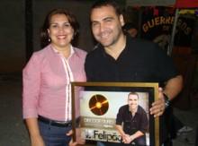 """Felipão recebe Disco de Ouro pelo CD """"É desse jeito"""" durante show. Assista"""