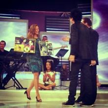 """Regis Danese recebe Disco de Ouro e Platina pelo CD """"Tu Podes"""", durante gravação do Programa Raul Gil"""