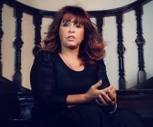 """Com 35 anos de carreira, Shirley Carvalhaes apresenta seu primeiro clipe: """"Esse Adorador""""; Assista"""