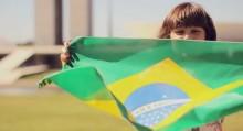 """Gézi Monteiro usa protestos no Brasil como exemplo de busca por futuro melhor no clipe """"Ele É Por Mim""""; Assista"""