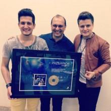 """André e Felipe recebem Disco de Ouro pelo álbum """"Paz e Amor"""""""